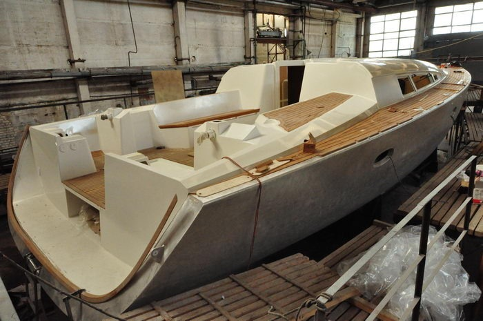 Aluminum hull and composite deck construction